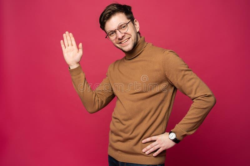 Portret van de glimlachende die mens met hand in groet wordt opgeheven Hoge conceptÑŽ vijf stock afbeelding