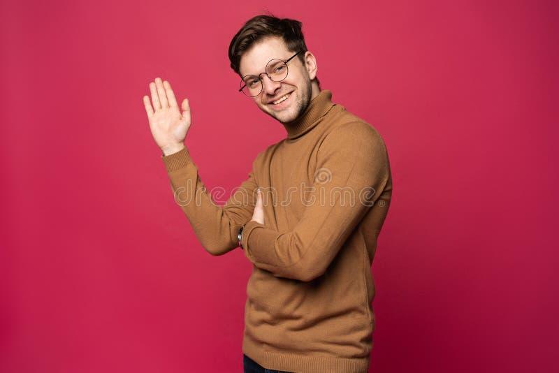 Portret van de glimlachende die mens met hand in groet wordt opgeheven Hoge conceptÑŽ vijf stock afbeeldingen