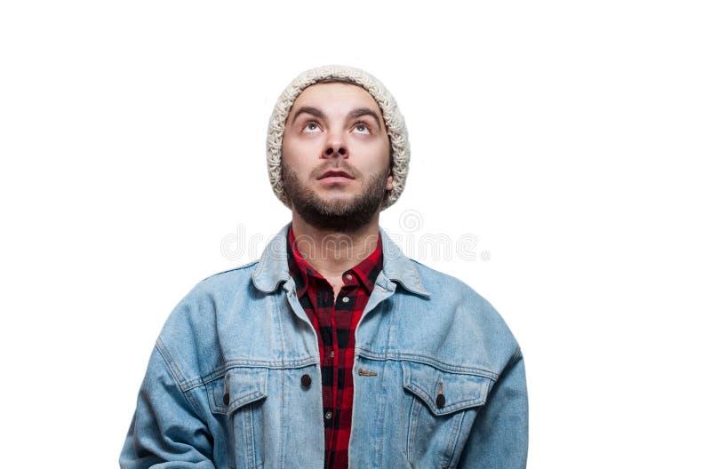 Portret van de glimlachende gelukkige jonge mens die omhoog - geïsoleerd op wit kijken stock afbeelding