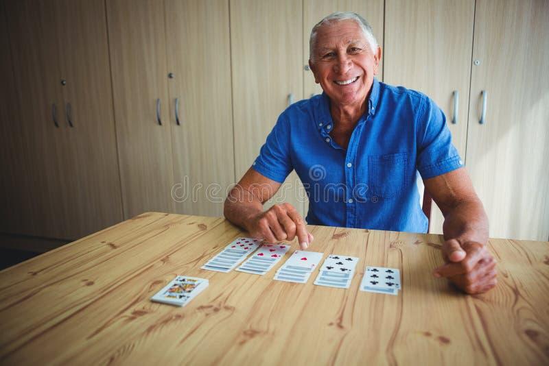 Portret van de glimlachende hogere mens die op een kaart richten royalty-vrije stock foto