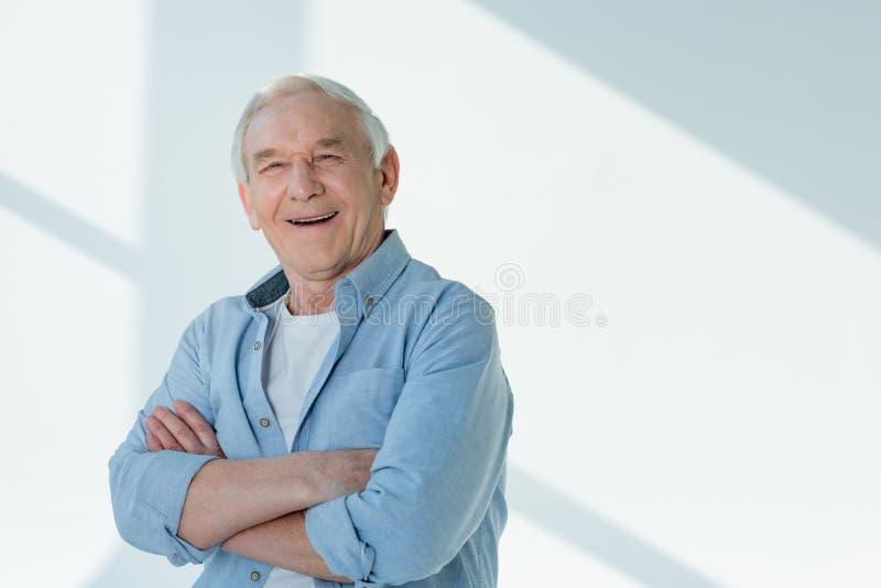 Portret van de glimlachende hogere mens in toevallig overhemd stock fotografie