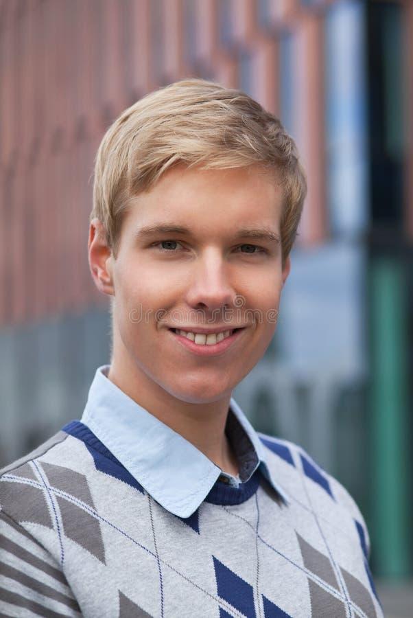 Portret van de glimlachende jonge mens stock fotografie