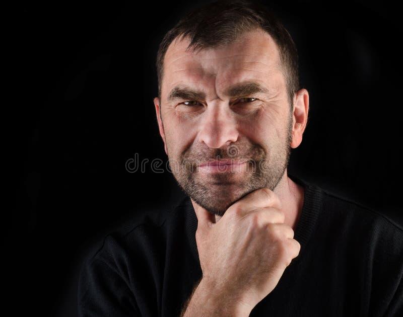 Portret van de glimlachende knappe rijpe mens stock fotografie