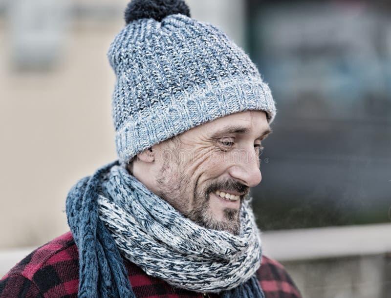 Portret van de glimlachende mens op straat Mensen in warme gebreide sjaal Kerel in de winterhoed en sjaal stock afbeeldingen