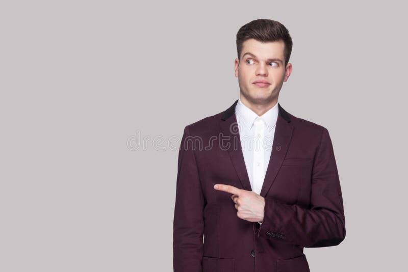 Portret van de grappige knappe jonge mens in violet kostuum en witte sh royalty-vrije stock fotografie