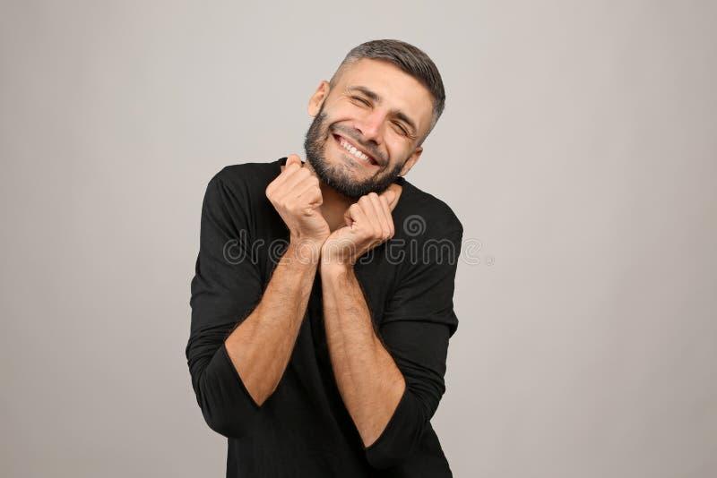 Portret van de grappige mens op grijze achtergrond royalty-vrije stock afbeelding