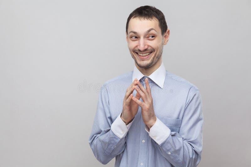 Portret van de grappige toothy zakenman van het smiley knappe varkenshaar in klassiek lichtblauw overhemd die en zich weg met slu royalty-vrije stock foto