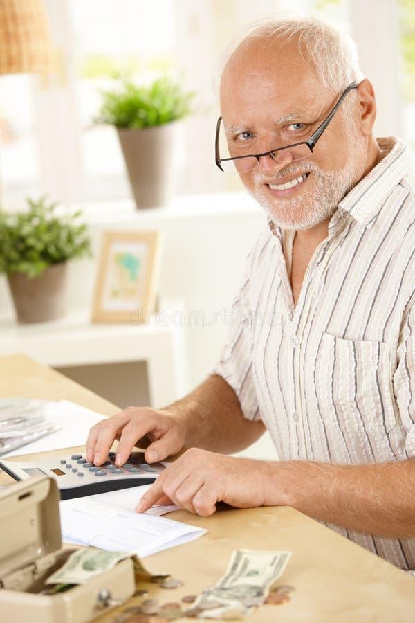 Portret van de hogere mens die thuis werkt royalty-vrije stock foto