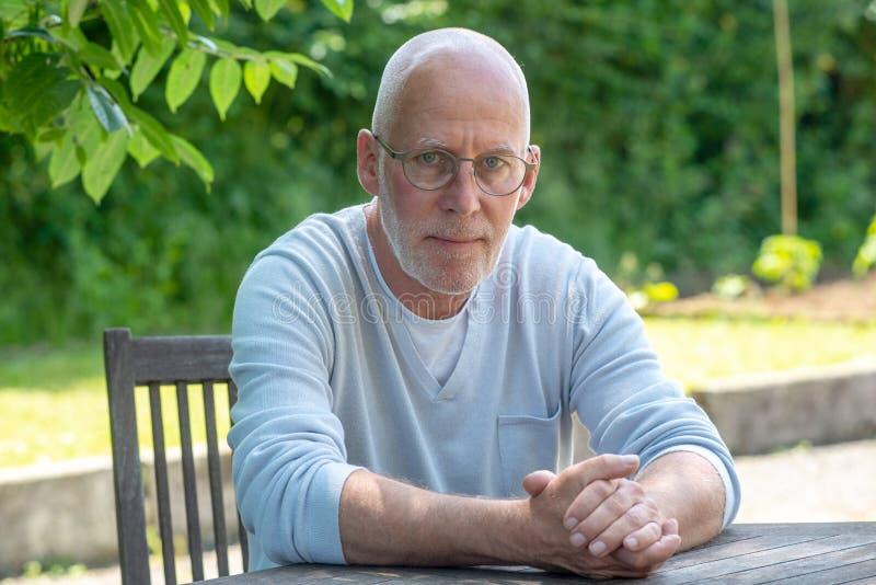 Portret van de hogere mens met glazen, in openlucht stock foto