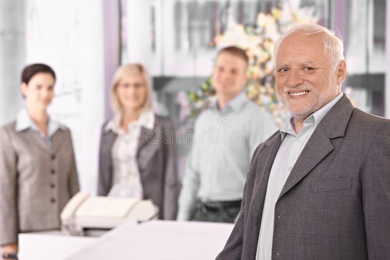 Portret van de hogere uitvoerende machtzakenman met team stock fotografie