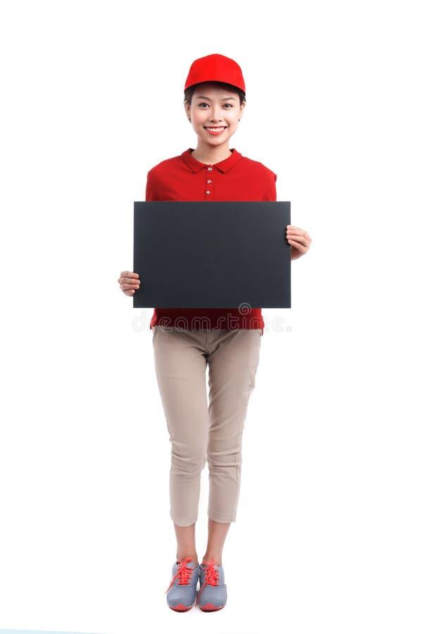 Portret van de holdingsraad van de leveringsvrouw op witte backg wordt geïsoleerd die stock afbeelding
