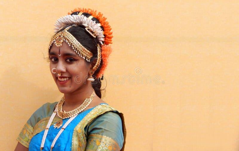 Portret van de Indische klassieke en traditionele vrouwelijke danser van Bharatanatyam stock afbeeldingen