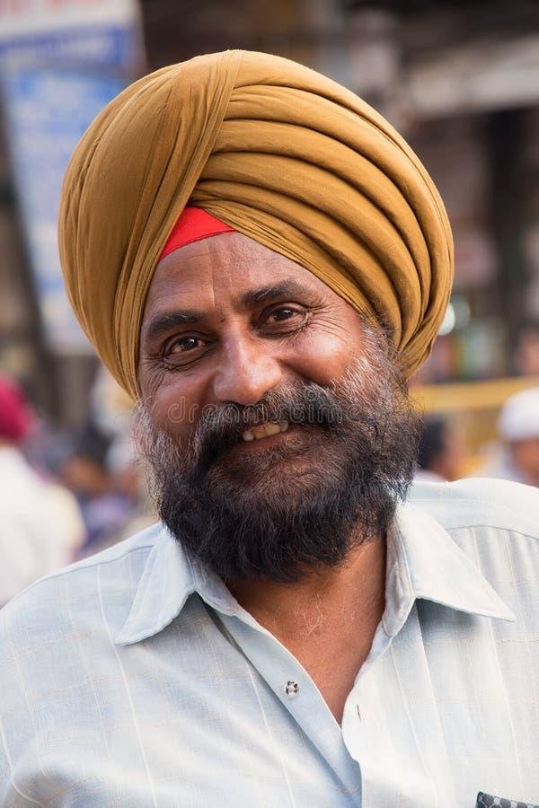 Portret van de Indische mens tijdens Guru Nanak Gurpurab-viering binnen stock fotografie