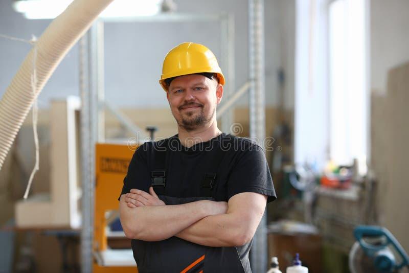 Portret van de jonge aantrekkelijke mens in het werkkleren royalty-vrije stock afbeeldingen