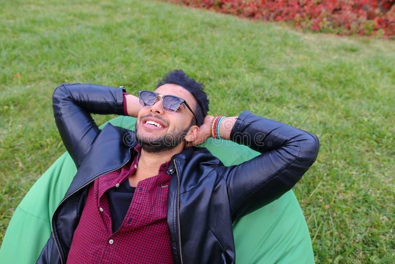 Portret van de Jonge Arabische Mannelijke Mens, Student Lies op Stoel, Smilin royalty-vrije stock fotografie