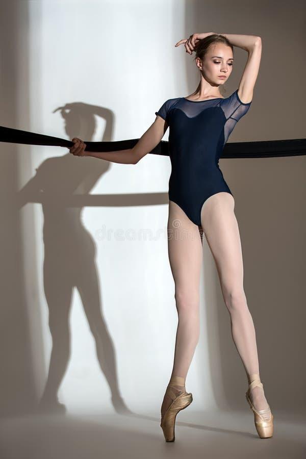 Portret van de jonge ballerina in een studio stock afbeeldingen