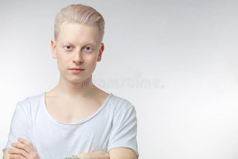 Portret van de jonge blondemens met gezonde schone huid Op wit stock afbeeldingen