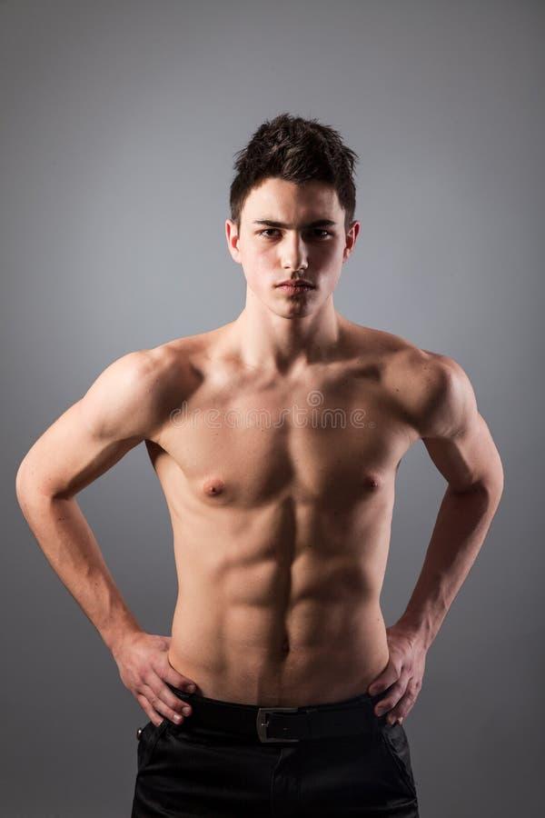 Portret van de jonge bodybuildermens royalty-vrije stock foto