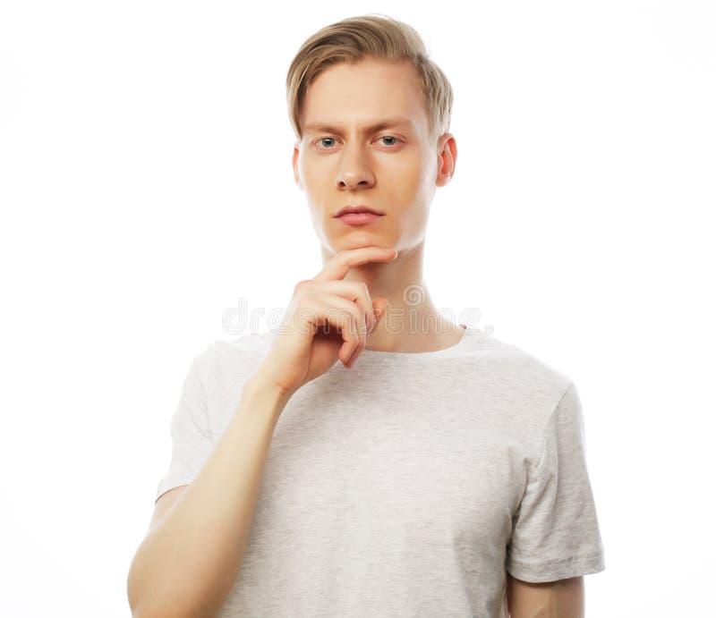 Portret van de jonge denkende man met hand dichtbij gezicht royalty-vrije stock afbeeldingen