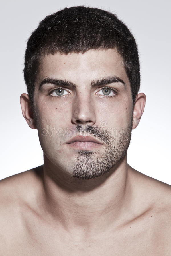 Portret van de jonge ernstige mens stock afbeeldingen