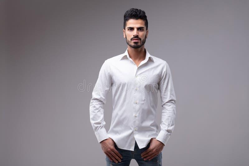 Portret van de jonge gebaarde mens die wit overhemd dragen stock foto