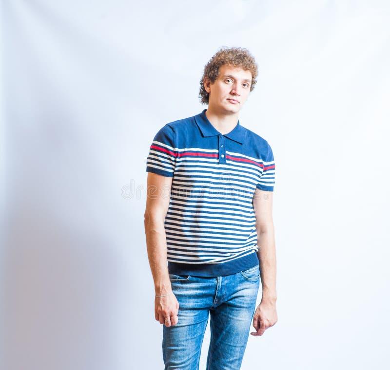 Portret van de jonge gelukkige glimlachende man in jeans stock foto