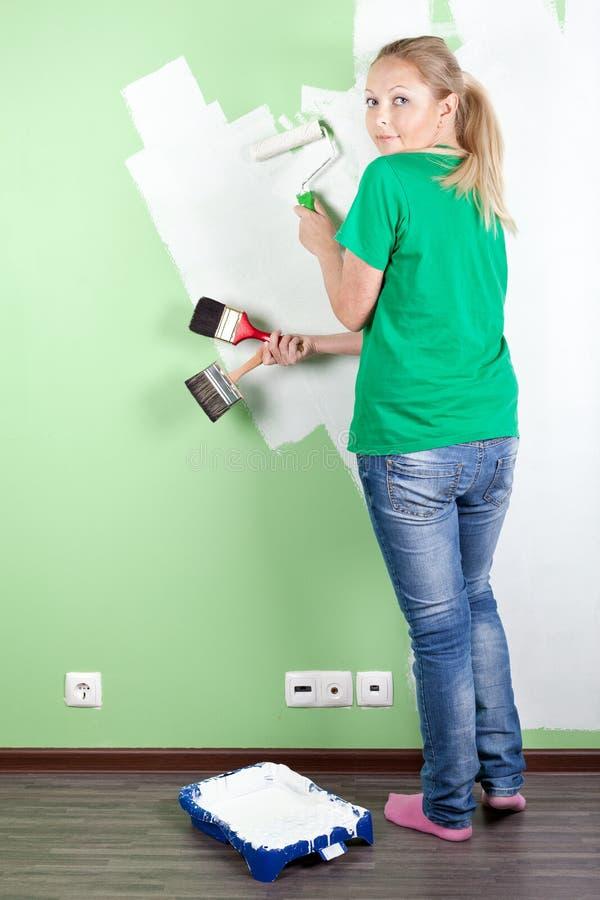 Portret van de jonge hulpmiddelen van de vrouwenholding om te schilderen stock foto's