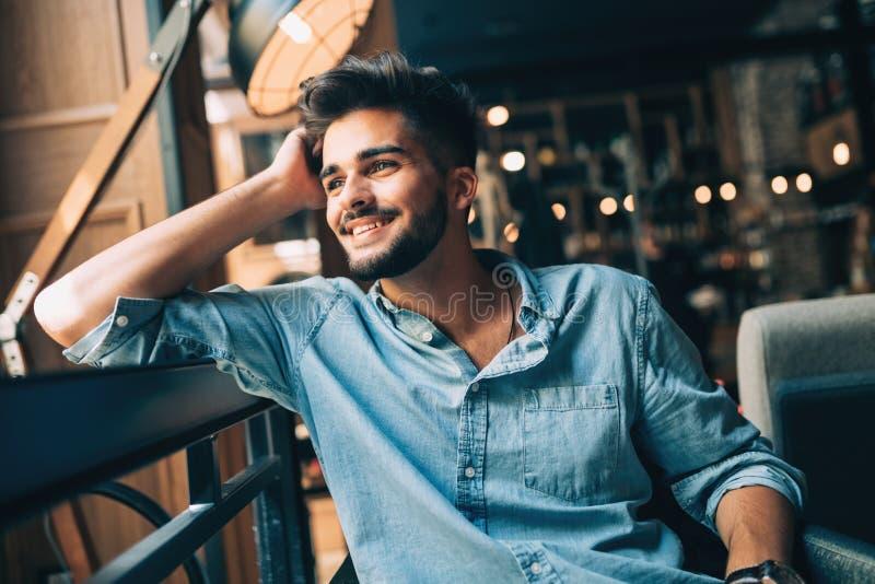 Portret van de jonge knappe mens in blauw overhemd stock foto's