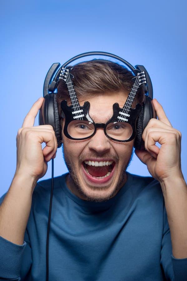 Portret van de jonge knappe mens met hoofdtelefoons royalty-vrije stock fotografie