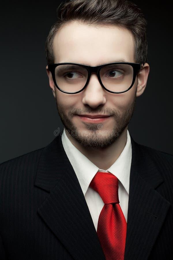 Portret van de jonge knappe mens (zakenman) in zwart kostuum royalty-vrije stock afbeelding