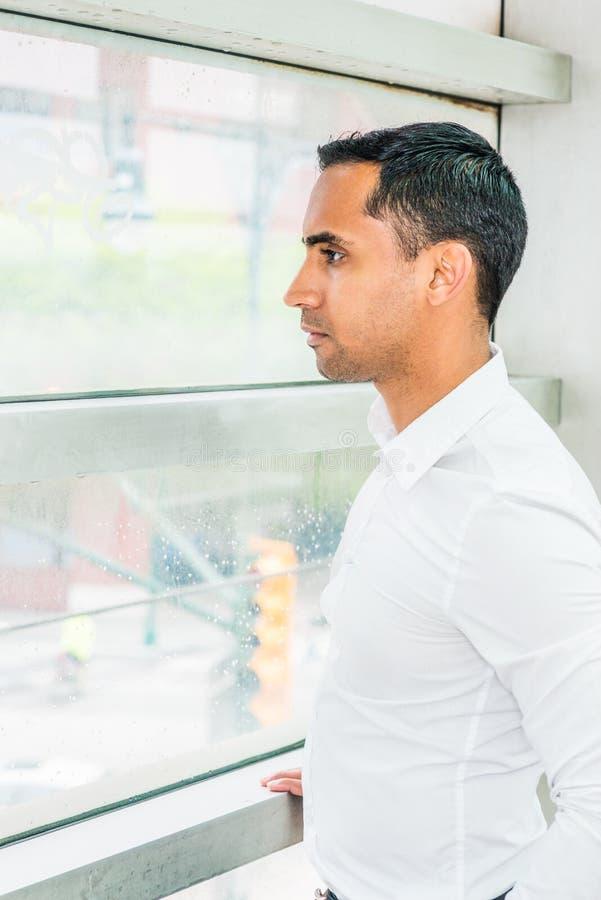 Portret van de Jonge Knappe Spaanse Amerikaanse Mens in New York stock foto