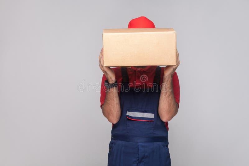 Portret van de jonge logistische leveringsmens met baard in blauwe unifo royalty-vrije stock fotografie