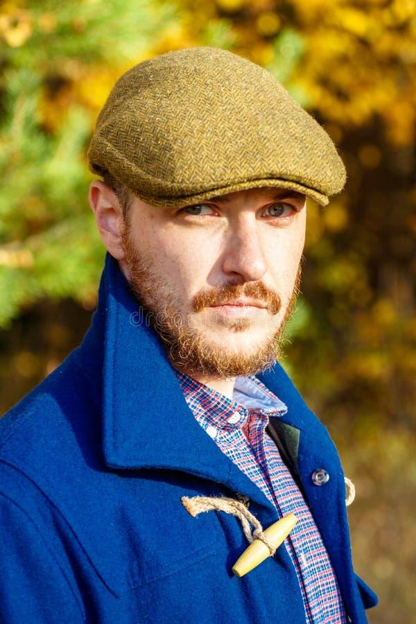Portret van de jonge mens in de herfstbos royalty-vrije stock afbeelding