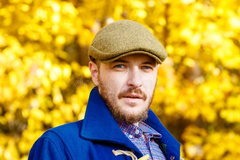 Portret van de jonge mens in de herfstbos royalty-vrije stock fotografie
