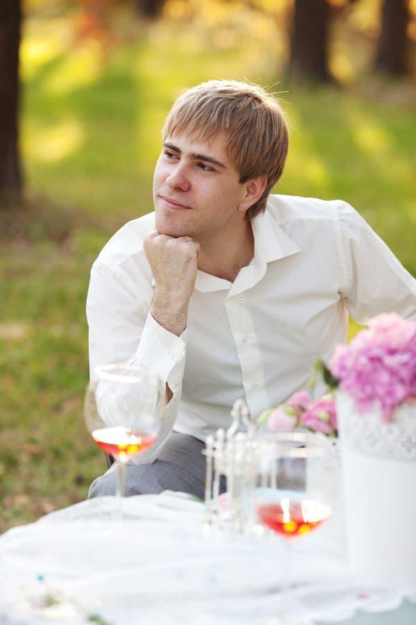 Portret van de jonge mens in het de herfstpark royalty-vrije stock foto's