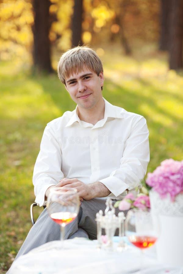 Portret van de jonge mens in het de herfstpark royalty-vrije stock foto