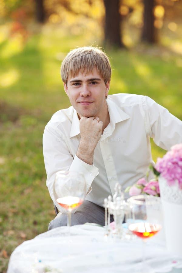 Portret van de jonge mens in het de herfstpark royalty-vrije stock afbeeldingen