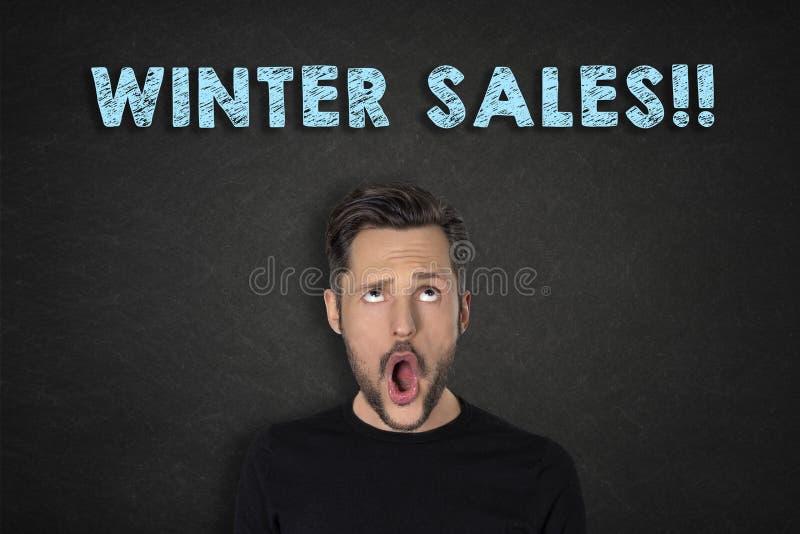 Portret van de jonge mens met een wauw uitdrukking en ?de Winterverkoop!!! ?tekst stock foto