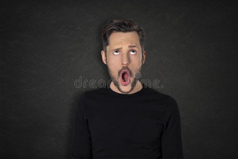 Portret van de jonge mens met een wauw uitdrukking stock foto's