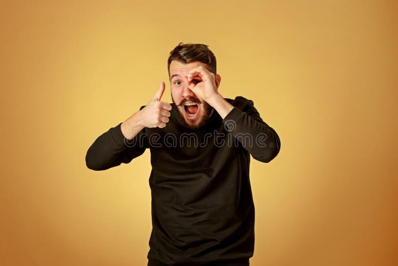 Portret van de jonge mens met gelukkige gelaatsuitdrukking stock afbeeldingen
