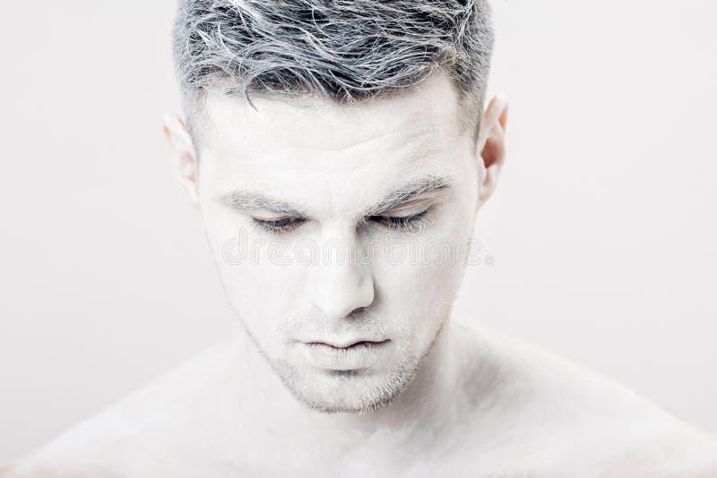 Portret van de jonge mens met witte gezichtsverf Professionele maniermake-up De make-up van de fantasiekunst stock foto