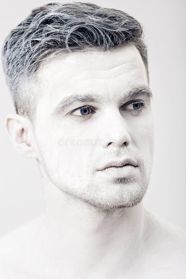 Portret van de jonge mens met witte gezichtsverf Professionele maniermake-up De make-up van de fantasiekunst royalty-vrije stock fotografie
