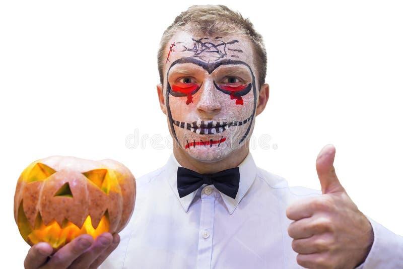 Portret van de jonge mens op Halloween met branden van pompoen ter beschikking geïsoleerd op witte achtergrond Bloedig Halloween- stock foto's