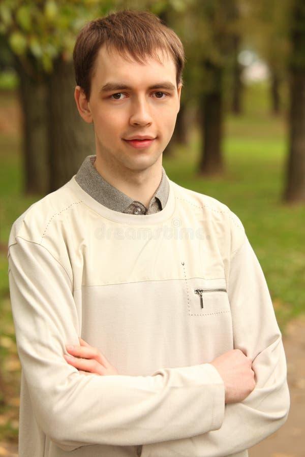 Portret van de jonge mens openlucht in de zomer royalty-vrije stock foto