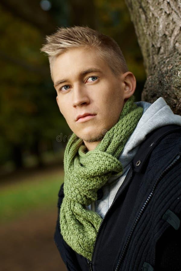 Portret van de jonge mens in park stock afbeelding