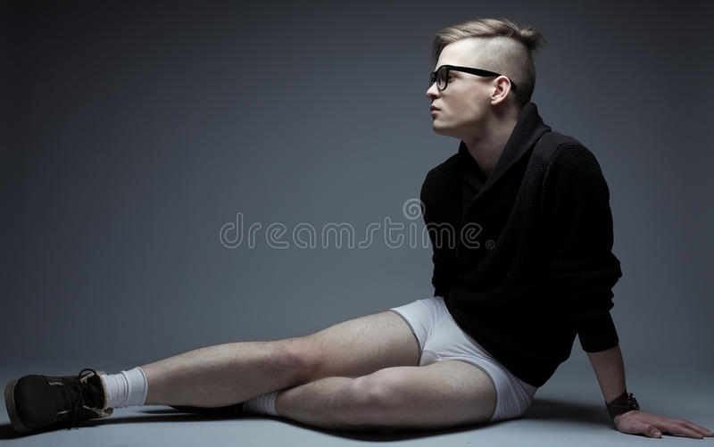 Portret van de jonge modieuze mens in het in kleren zitten stock foto