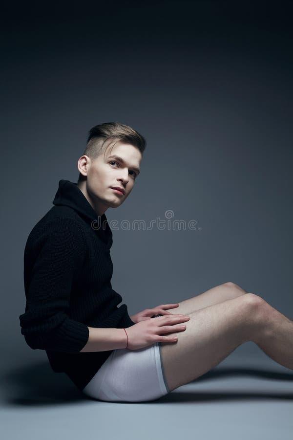 Portret van de jonge modieuze mens in het in kleren zitten royalty-vrije stock foto