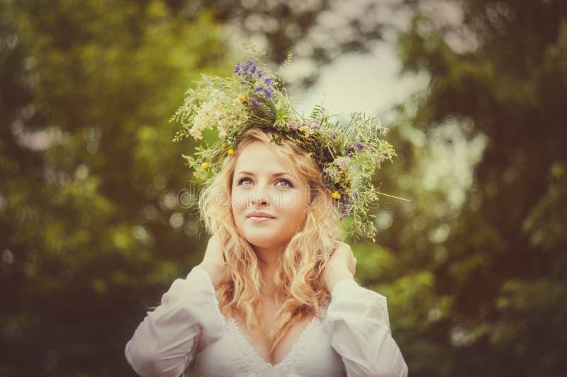 Portret van de jonge mooie vrouw stock afbeelding