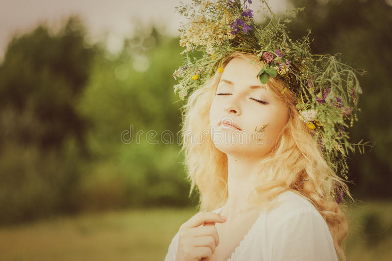 Portret van de jonge mooie vrouw royalty-vrije stock afbeeldingen