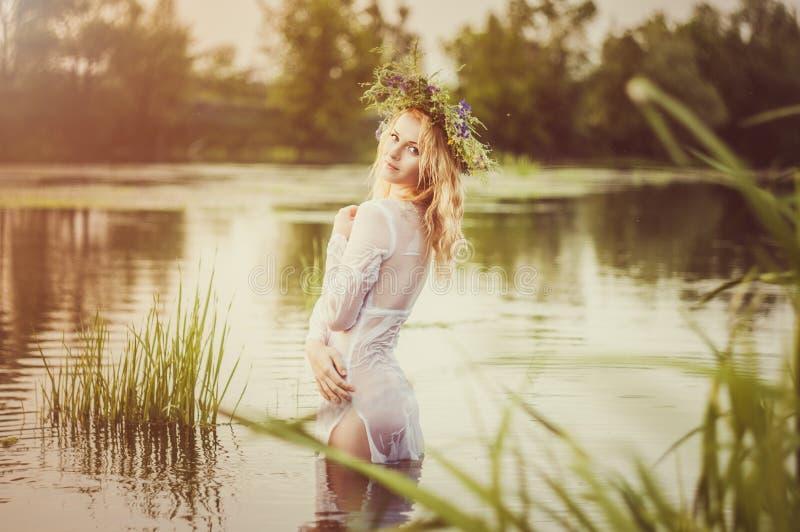 Portret van de jonge mooie vrouw royalty-vrije stock foto's